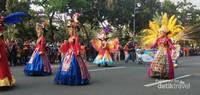 Kostum cantik dan menarik menjadi daya tarik tersendiri saat karnaval.
