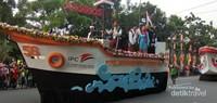 Kendaraan hias dari PT Pelabuhan Indonesia .