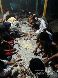 tidak lupa juga kami menyantap makanan bersama pada malam hari di sekitar pesisir pantai Bara.