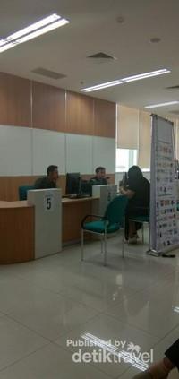 Proses verifikasi dan pengambilan foto oleh petugas.