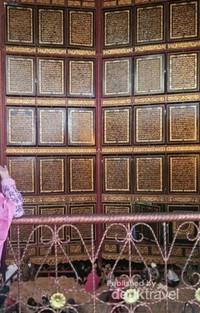 Al  Quran berukuran raksasa dengan 30 juz ayat suci
