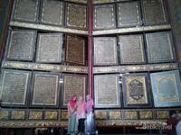 Pengunjung berfoto  dengan Al Quran raksasa