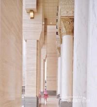Anak kecil berlarian di Masjid Suciati Saliman.