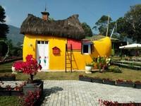 Rumah berbentuk klompen yang eye catching