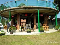 Resto di area outdoor menjamin traveler tidak kelaparan dan kehausan di tempat wisata ini