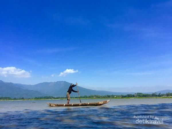 Salah satu nelayan tambak hendak menuju pertambakannya