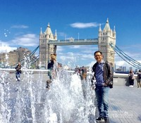 Penulis, di Tower Bridge London