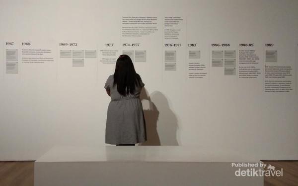 Pemandu tur museum menjelaskan tema dari pameran, para perupa dan makna dari pameran kali ini.