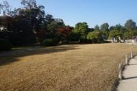Nijo Castle dapat dicapai dengan berjalan kaki dari Nijojo-mae Station dengan Tozai Subway Line.