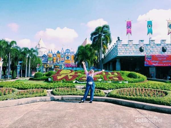 Temui tokoh dongeng dan kartun favorit Anda dengan tiket masuk sehari penuh ke taman hiburan Dream World di Bangkok.
