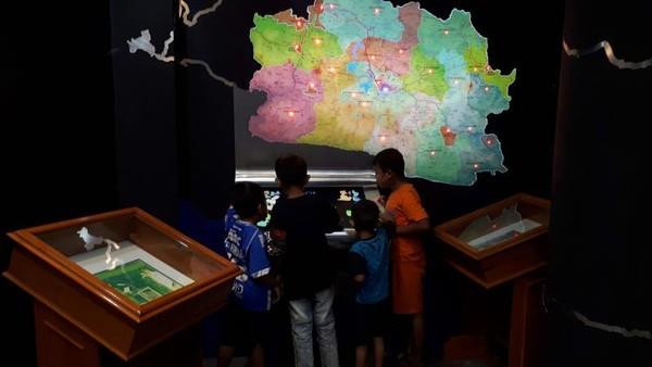 Monitor layar sentuh yang berisi tokoh-tokoh dari berbagai daerah di Jawa Barat. Selain itu, ada juga permainan puzzle menyusun kabupaten dan kota Jawa Barat