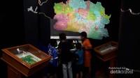 Terdapat monitor layar sentuh yang berisi tokoh-tokoh dari berbagai daerah di Jawa Barat. Pengunjung tinggal menyentuh salah satu daerah dan akan tampil tokoh-tokoh yang berasal dari daerah tersebut. Selain itu di monitor ini juga terdapat permainan puzzle menyusun kabupaten dan kota Jawa Barat.