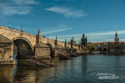 Jembatan Romantis di Praha, Charles Bridge