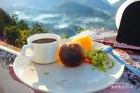 Melihat pemandangan sambil mencicipi makanan lokal Maubisse