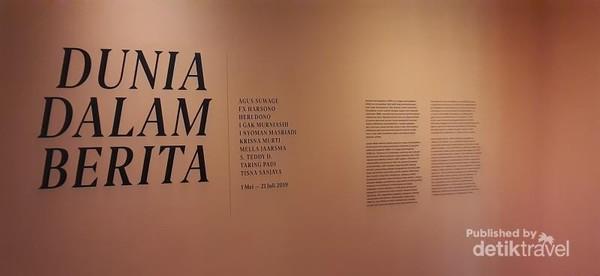 Pameran Dunia Dalam berita menggambarkan kondisi sosial dan politik dari seniman yang ada pada zaman sebelum dan setelah reformasi.