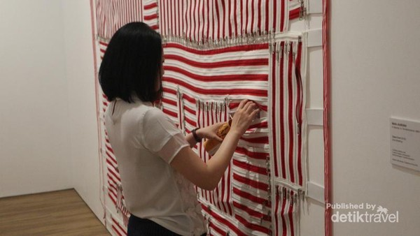 Instalasi seni bertema Zona Ritsleting karya Mella Jaarsma, di balik ritsleting ada kejutan yang menanti pengunjung