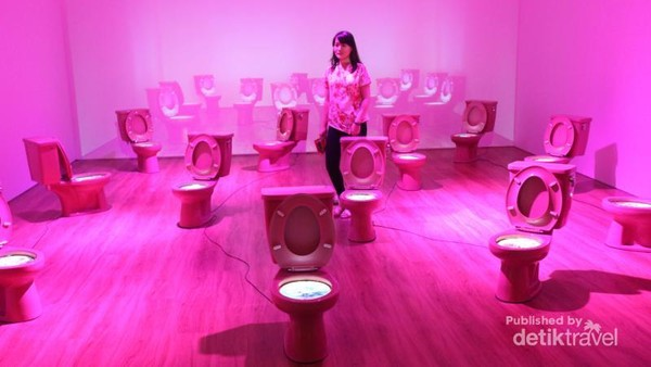Karya Krisna Murti ini cukup unik, bertema Makanan Tidak Mengenal Ras, menampilkan kombinasi kloset berwarna pink, yang di dalamnya terdapat gambar makanan hasil persilangan Indonesia dengan bangsa lain.