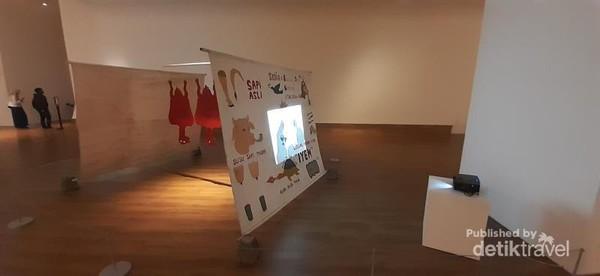 Sebuah karya Hedi Dono menyerupai warung makan yang biasa muncul di pinggir jalan, terinspirasi saat sang perupa membawa tamu-tamu asingnya untuk bercengkerama di warung kaki lima.