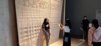 Anyaman rotan yang menghiasi dinding memiliki motif menyerupai kain tradisional Indonesia