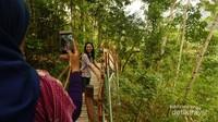 Pengunjung berfoto di Jembatan Surga