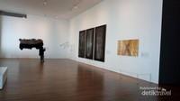 Setelah melewati bagian pemeriksaan , pengunjung akan langsung memasuki ruang pamer dengan berbagai karya seni .