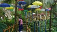 Di Jembatan Surga dihiasi payung-payung cantik.