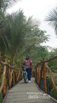 Berbagai properti disediakan di Jembatan Surga untuk berfoto