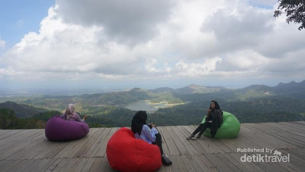 Bersantai di spot Angkasa bersama teman anda.