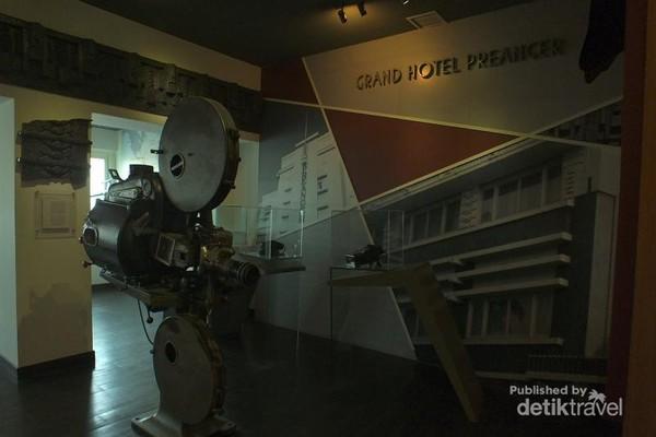 Hal pertama yanng mencuri perhatian ketika memasuki ruangan museum ini adalah sebuah proyektor film kuno berukuran besar.