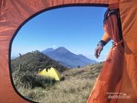 Pemilihan lokasi tenda juga menentukan view apa yang terlihat saat membuka tenda.
