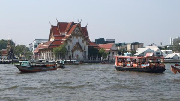 Kesibukan penyeberangan di Sungai Chao Phraya, Bangkok