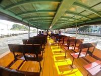 Wisatawan bisa menyewa perahu untuk menyusuri sungai