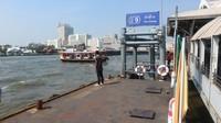 Dermaga perahu penyeberangan dan perahu wisata terdapat di sepanjang Sungai Chao Phraya