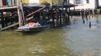 Ada juga pedagang yang berjualan di atas perahu