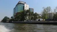 Gedung perkantoran yang berdiri megah di tepi Sungai Chao Phraya