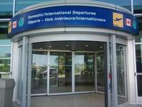 Pintu Masuk Utama Keberangkatan di Bandara Halifax Stanfield Internasional, Kanada.