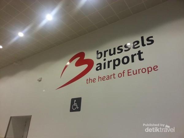 Bandara Internasional Brussels, Belgia, dimana logo terpasang cukup besar yang biasanya dipergunakan untuk swafoto para penumpang yang baru tiba di bandara.