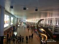Bandara Internasional Brussels, Belgia. Area publik menuju keberangkatan.