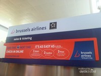 Bandara Internasional Brussels, Belgia.Terpasang panduan check-in online bagi para penumpang keberangkatan.