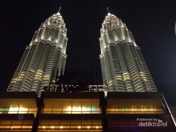 Menara Petronas atau Menara Kembar Petronas adalah sepasang menara kembar yang pernah menjadi bangunan tertinggi di dunia pada tahun 19982004, sebelum dilampaui oleh Burj Khalifa dan Taipei 101.