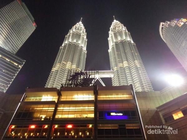 Sisi lain Menara Petronas di malam hari.