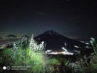 Pemandangan gunung sindoro di malam hari dengan view gunung sumbing. cukup indah bukan?