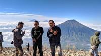 puncak sindoro, dengan background gunung sumbing, merbabu dan merapi