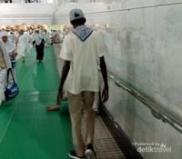 Petugas atau askar di Masjidil Haram biasa  memberi arahan  dengan bahasa Indonesia