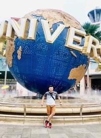 Universal Studios adalah taman hiburan seperti Dufan di Jakarta dan merupakan salah satu tempat wisata di Singapura yang paling terkenal bagi warga Indonesia. Harga tiket Universal Studios pada akhir pekan, tanggal merah, dan musim liburan cukup mahal, bisa sampai dengan sekitar 1 juta Rupiah untuk orang dewasa. Apabila anda ingin hemat, cukup berfoto di depan bola dunia Universal Studios saja. Apabila anda ingin masuk dan bermain di Universal Studios, datanglah pada pagi hari karena antrian permainan di Universal Studios bisa sangat panjang, kecuali anda mempunyai tiket prioritas sehingga anda tidak perlu mengantri panjang, namun tentu saja harga tiket ini lebih mahal dari tiket biasa.