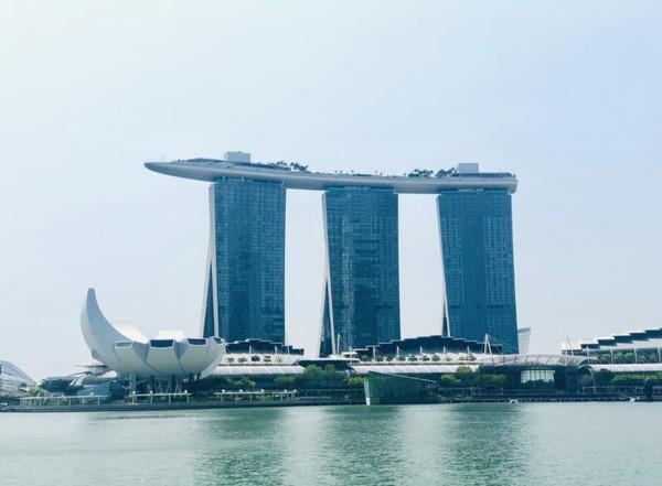 Marina Bay Sands adalah ikon sekaligus tempat wisata di Singapura yang terbaru. Hampir semua wisatawan dari Indonesia yang datang ke Singapura berfoto-foto dengan latar belakang Marina Bay Sands. Marina Bay Sands adalah sebuah pusat hiburan dan resort terpadu yang dibuka sejak tahun 2010. Penampilan visual bangunan Marina Bay Sands sangatlah unik dan tiada duanya di dunia dengan 3 gedung utama yang dihubungkan dengan bangunan berbentuk kapal di atasnya. Marina Bay Sands memiliki ribuan kamar hotel, kasino, teater, ruang kesenian, restoran, klub malam, taman, hingga mall mewah dan lain-lain, semuanya dalam satu lokasi. Selain itu di bangunan berbentuk perahu yang ada di atas gedung, terdapat kolam renang yang merupakan kolam renang terpanjang di dunia dengan panjang sekitar 150 meter, dan berada di ketinggian 200 meter. Di ketinggian tersebut, anda dapat melihat Singapura, Indonesia, dan Malaysia. Apabila anda ingin naik ke atas Marina Bay Sands, anda harus membayar sekitar 250,000 Rupiah. Pada malam hari, Marina Bay Sands mempertontonkan atraksi cahaya yang menarik dan dipantulkan oleh danau Marina Bay. Stasiun MRT terdekat dari Marina Bay Sands adalah stasiun Marina Bay dan stasiun Promenade.