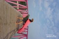 Berfoto di Jembatan Cinta, ikon pulau Tidung