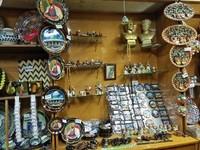 Pengunjung bias membeli oleh-oleh di toko souvenir yang terdapat di dalam museum ini