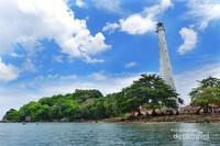 Mercesuar Pulau Lengkuas yang terlihat kokoh