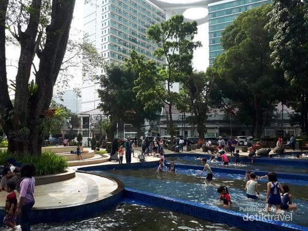 Kolam dangkal yang menjadi atraksi utama di taman ini selalu dipenuhi anak-anak terutama di akhir pekan